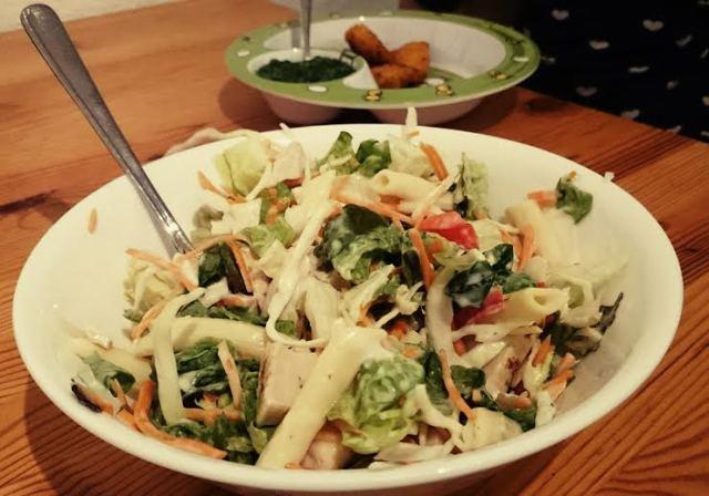 Und dann gab es Abendessen. Chicken Nuggets und Spinat für die Perle und einen Albert Heijn Maltijd Salade für mich. Lecker.