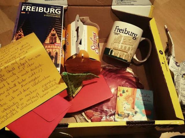 Wieder zu Hause habe ich dann das Tauschpaket von der lieben @little_winter geöffnet. Drin waren u.a. viele Leckereien aus Freiburg und ein tolles Bächle-Boot für die Perle.