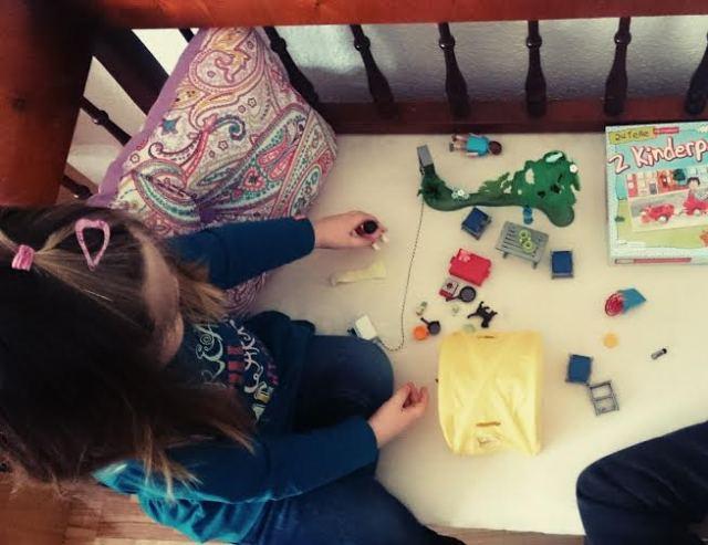 Die Perle hat mit dem Opa Playmobil gespielt.