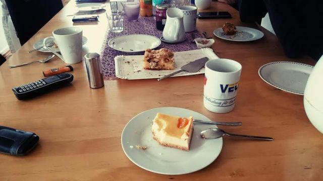 Nachdem die Omamas im Haus auch mit jeweils einem Stück Kuchen versorgt waren war Kaffee-Zeit. Mein Bruder kam auch dazu, es war sehr gemütlich.