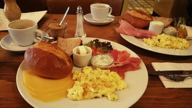 Dort haben wir erstmal im Belgischen Viertel gefrühstückt.