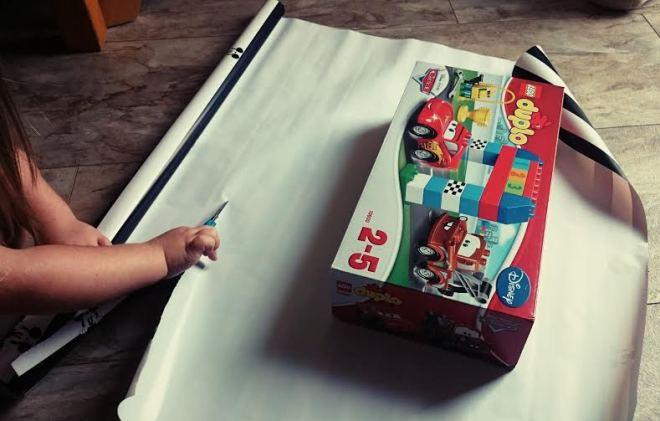 Dann musste das Geschenk für die Geburtstagsparty beim Sohn der Lieblingskollegin eingepackt werden.