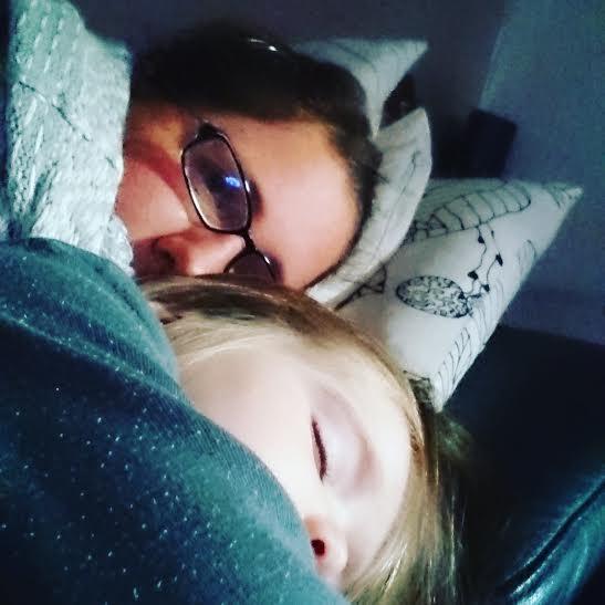 """Als wir wieder zu hause waren wollte ich """"Die Sportschau"""" gucken. Als die Perle muckeln kam schlief sie gleich ein. War ja auch ein langer Tag."""