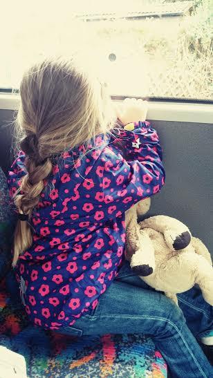 Eine sichtbar begeisterte Perle im Bus. Sie war so aufgeregt. Unglaublich knuffig.