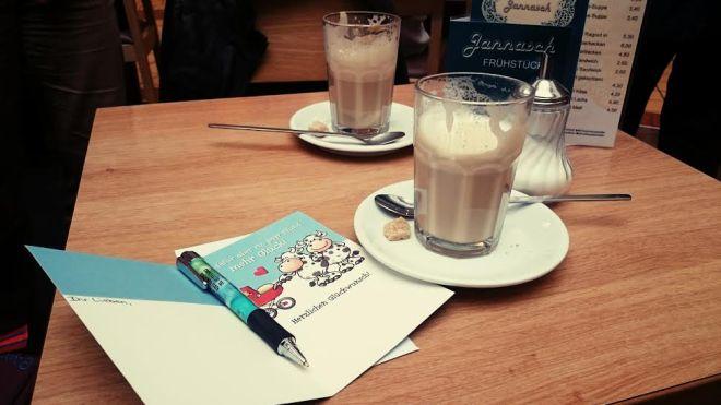 Nach dem shoppen gönnten wir uns noch ein Käffchen und schrieben gemeinsam eine Karte an eine Freundin.