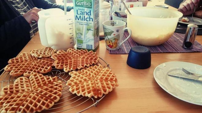 Nachmittags machte Oma Waffeln mit Kirschen und Milchreis. LECKER!