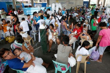 A view of a crowded makeshift hospital after patients are evacuated from a hospital in an earthquake stricken Cebu city, in central Philippines October 15, 2013. Picture taken October 15, 2013. REUTERS/Erik De Castro (PHILIPPINES)