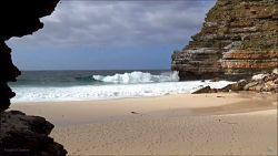 Plaża i morze – widok z ukrytej jaskini.