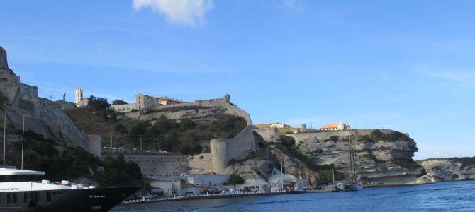 """Bonifacio – korsykańskie miasteczko """"zawieszone"""" na skale"""