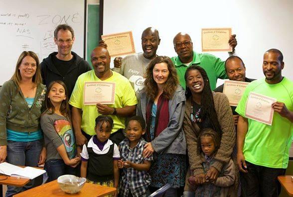 Partecipanti del corso di Sentieri di Resilienza ricevono il loro certificato in progettazione di permacultura.