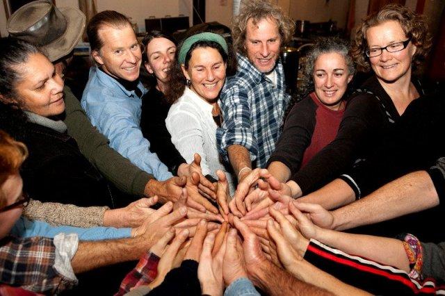 Cerchio di mani Robin Clayfield