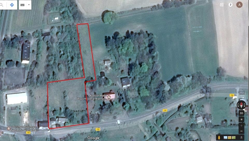 Jeszcze widok z góry na gospodarstwo i najbliższą okolicę. Czerwona linia wyznacza granicę działki.