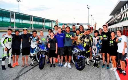 Bersama Valentino Rossi, Lin Jarvis (Manager tim Movistar Yamaha) dan para rider Moto2 dan Moto3 yang tergabung di VR46 Riders Academy