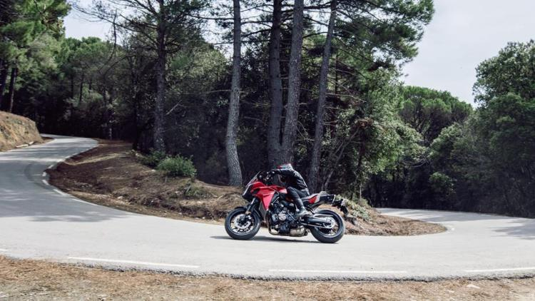 2016-yamaha-mt07tr-eu-radical-red-action-006