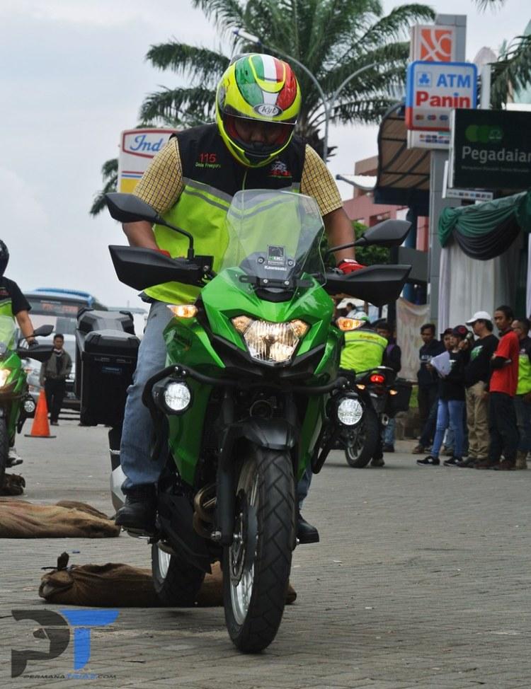Salah satu peserta test ride sedang asyik menghajar tumpukan karung pasir