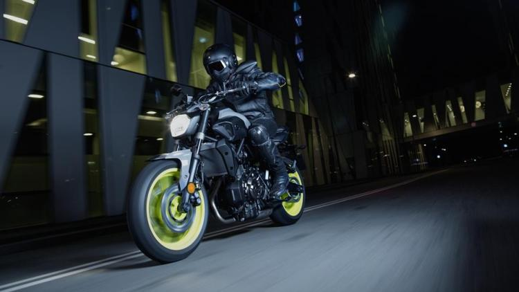 2017-Yamaha-MT-07-EU-Night-Fluo-Action-001