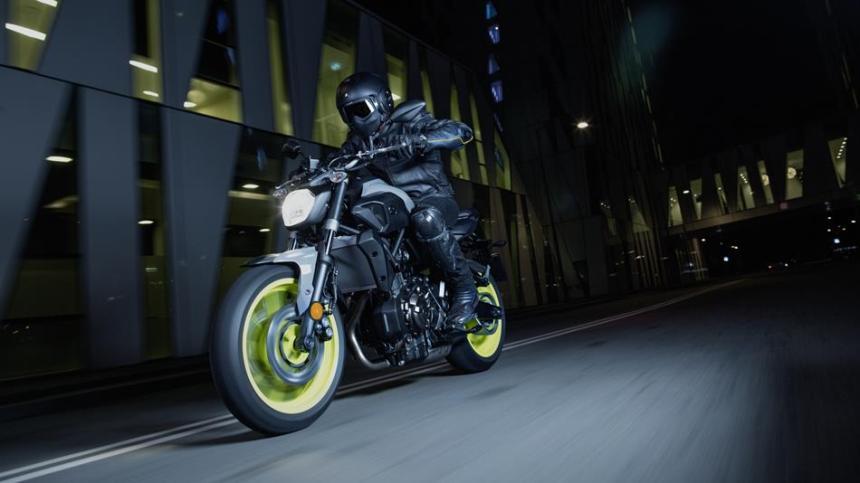 2017-Yamaha-MT-07-EU-Night-Fluo-Action-001