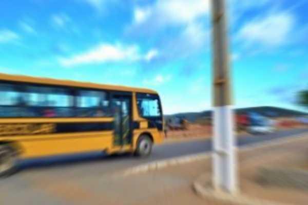Aluno fica ferido após ônibus escolar ser apedrejado no interior de Pernambuco