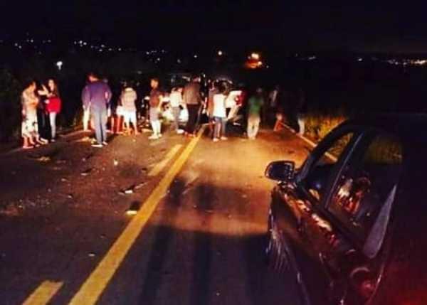 Carro com universitários de Caruaru capota na PE-95 após bater em van com evangélicos