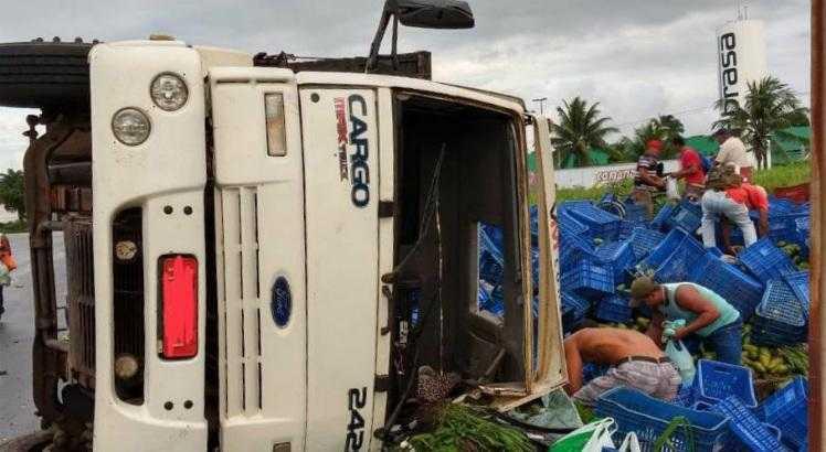 Caminhão de frutas tomba na BR-101 e carga foi retirada por moradores Pernambuco Notícias