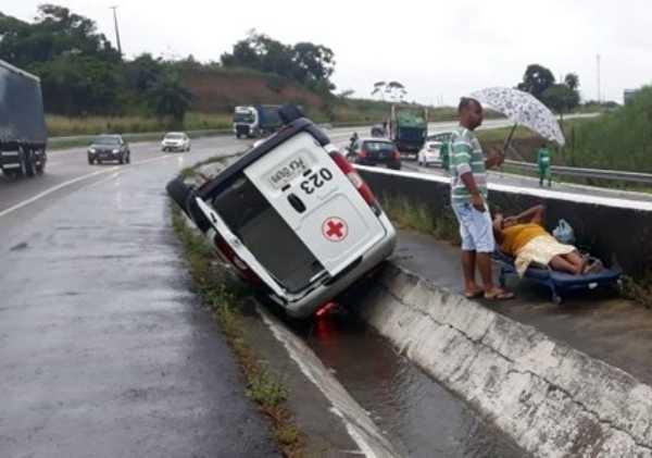SUSTO: Ambulância capota em BR durante transferência de paciente Pernambuco Notícias
