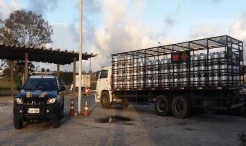 PRF recupera em Gravatá caminhão carregado de gás
