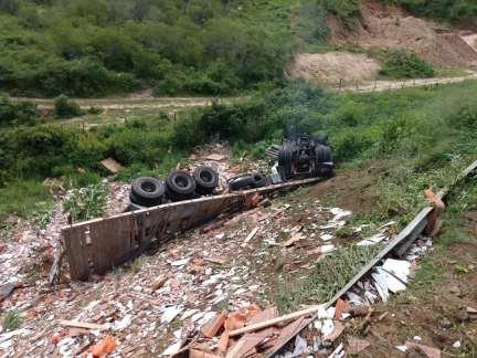 Acidente grave é registrado BR-104 em Panelas; motorista ficou preso às ferragens