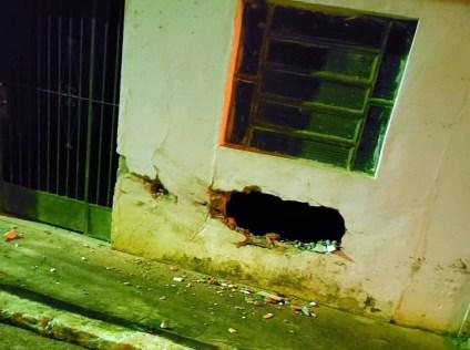SURUBIM: Após perseguição, suspeito bate com carro na frente de imóvel e assusta moradores