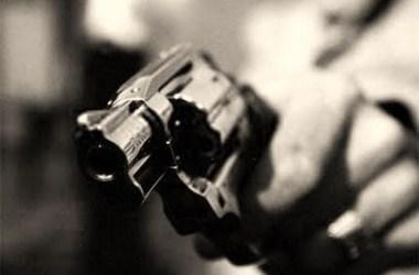 Homem executado a tiros quando estava no quarto acompanhado da esposa