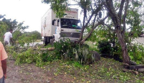 Caminhão das pipocas Gravatá se envolve em acidente na PE-120