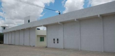 Polícia Militar apreende celulares que seriam lançados para dentro da cadeia de Gravatá