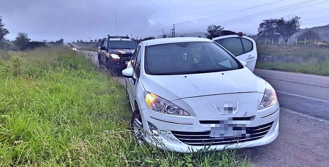 Polícia Rodoviária Federal recupera carro roubado em Bezerros; criminosos conseguiram fugir