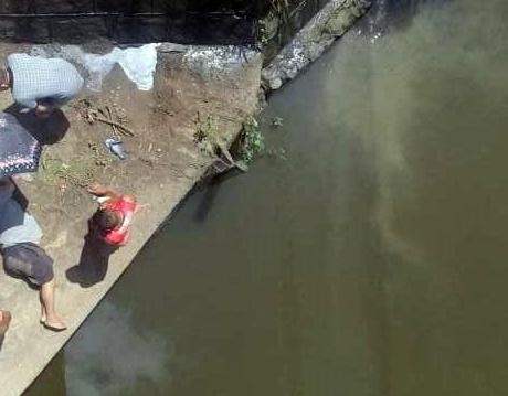Homem cai de ponte, sobrevive e é socorrido para emergência hospitalar da zona da mata