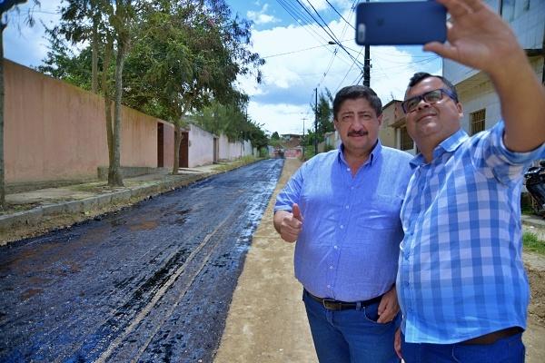 Asfalto que está sendo construído em Gravatá tem contrapartida da prefeitura e aval do prefeito Joaquim Neto