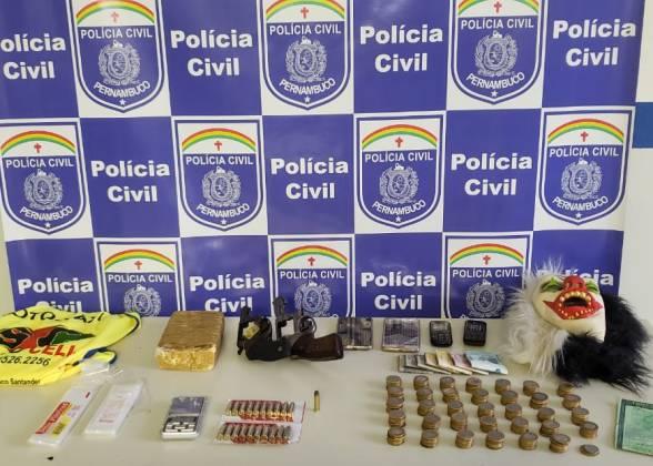 Vitória: suspeita de homicídio é apreendida com drogas, armas de fogo e botijões de gás