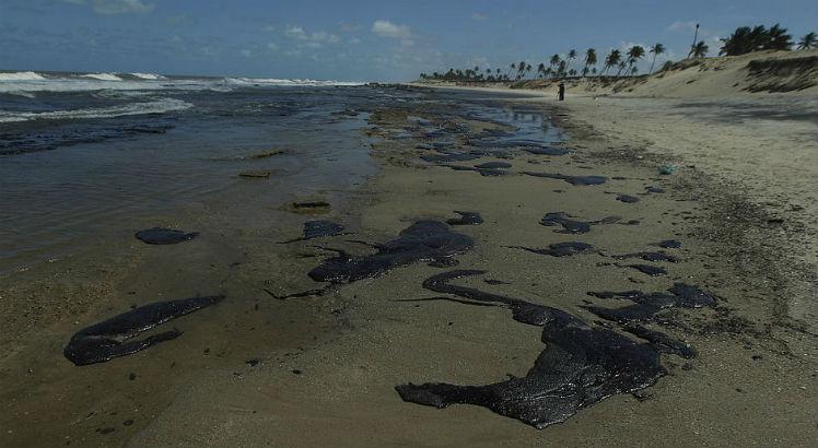 Alerta: Mancha de óleo com mais de 20 km² se aproxima da Bahia