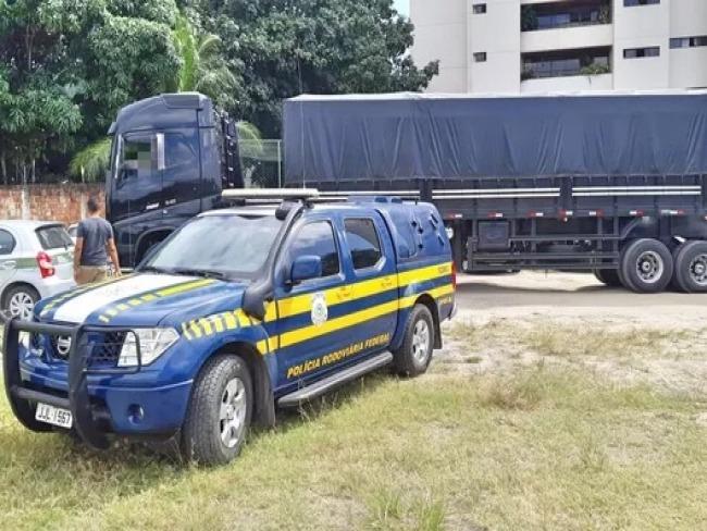 Carreta carregada de madeira irregular é apreendida em Gravatá; multas ultrapassam 30 mil reais