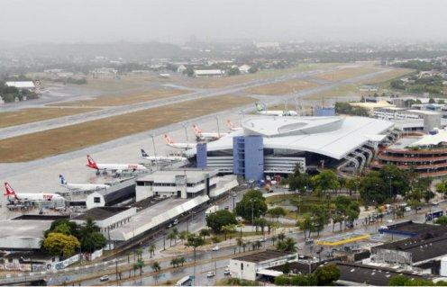 Aeronave da AZUL faz pouso de emergência e fecha pista de aeroporto de Recife