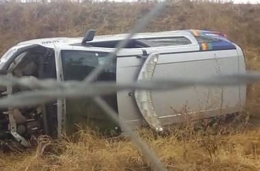 Viatura da Polícia Militar capota e dois policiais ficam feridos
