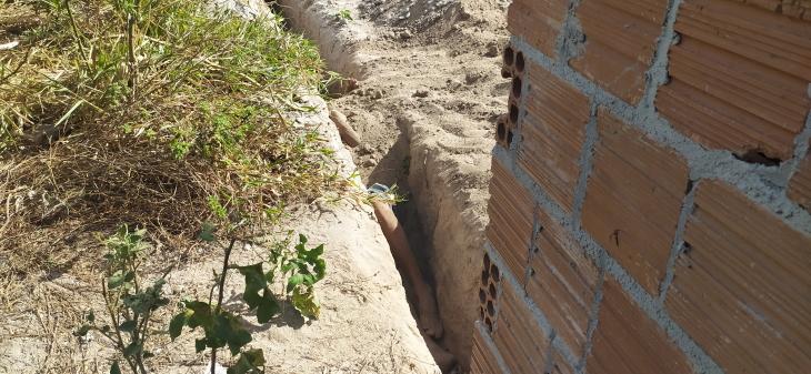 Corpo de homem é encontrado parcialmente enterrado e base de construção civil