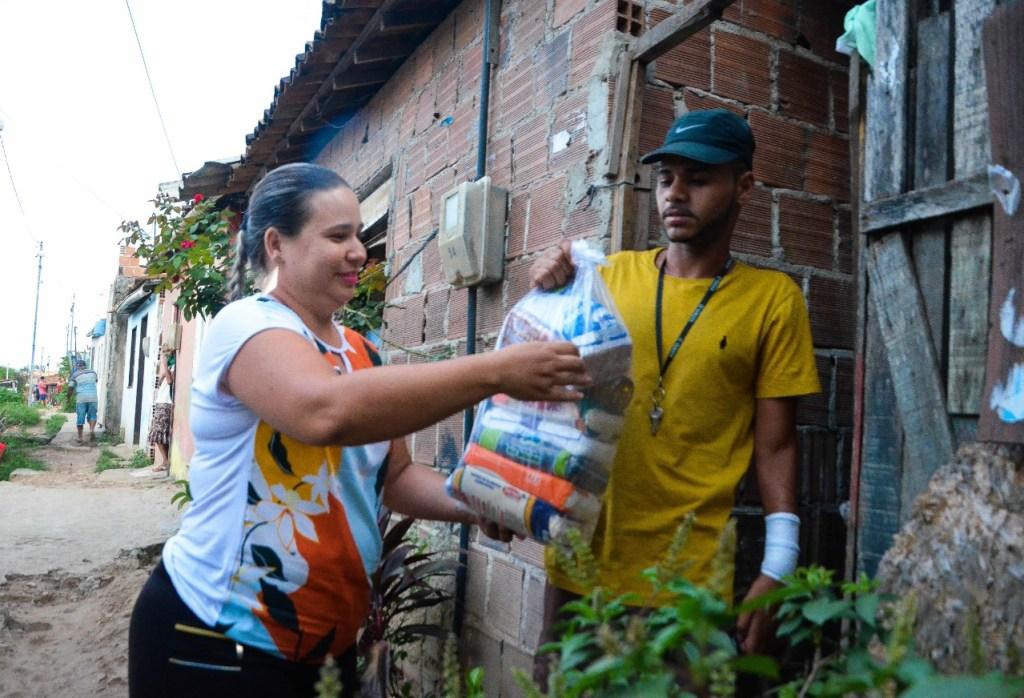 Conselheira Tutelar de Gravatá dá exemplo e doa cestas básicas em áreas carentes