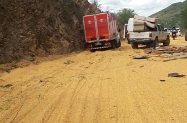Desastre: Vídeo mostra carreta tombando na Serra das Russas; assista