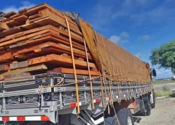 Caminhão com madeira irregular é retido na BR 232, em Sertânia