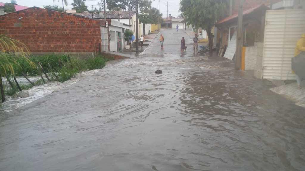 Gravatá: chuva forte da madrugada alaga ruas e invade casas no Terreno do Banco
