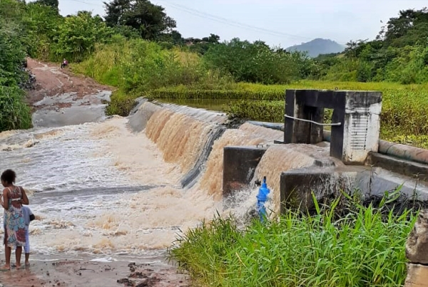 Chã Grande: Barramento de Vertentes, que fornece água para Gravatá, transborda após chuvas