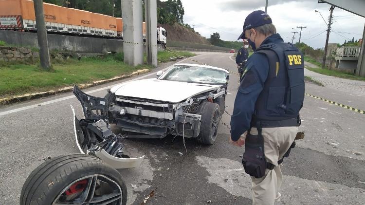 Dono de rede de supermercado morre em acidente na BR-101; carro se partiu em dois pedaços