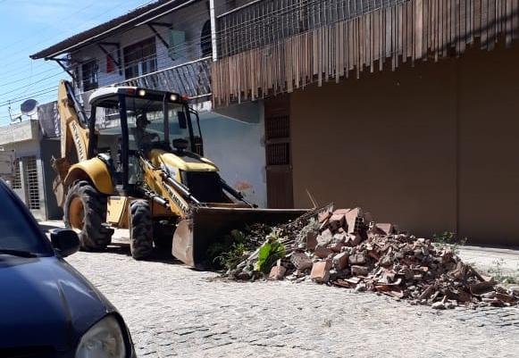 Prefeitura de Gravatá retira entulho deixado por moradores na rua Júlio Demétrio