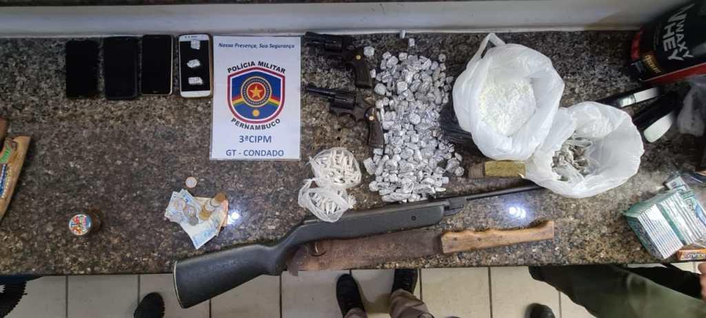 Dois homens foram presos e um menor apreendido com armas e drogas em Condado