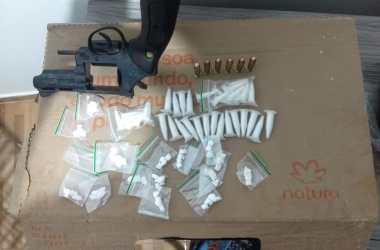 PM debela ponto de venda de drogas em Limoeiro