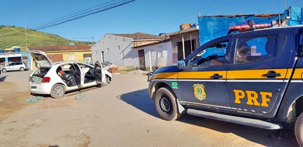 Automóvel carregado com maconha é apreendido após capotar em Pombos
